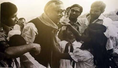 শেখ মুজিবুর রহমানকে খাইয়ে দিচ্ছেন এক শিশু